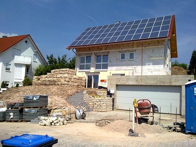 Viele Bauherren entscheiden sich schon vorab für eine eigene Solaranlage auf dem Hausdach.