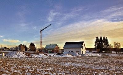 Hausbaustelle mit Schnee bei hausbau im Winter